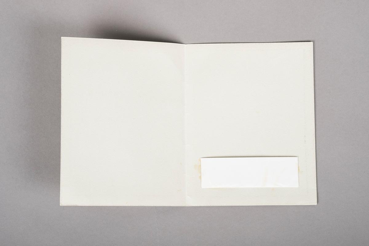 Et hefte med lomme på innsiden. Påskrift på forsiden av heftet. Heftet er en kopi.