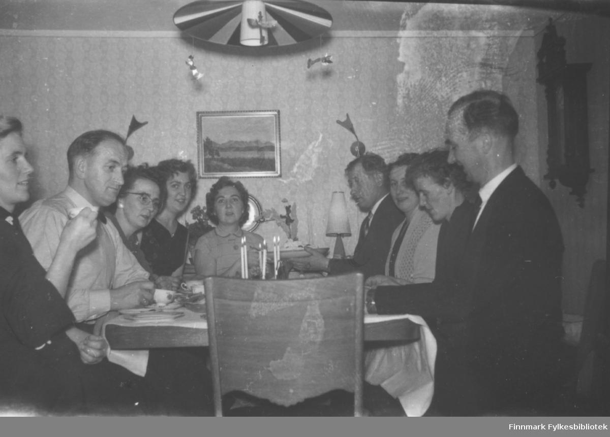 Hos Hedvig Klemetsen. Familiealbum tilhørende familien Klemetsen. Utlånt av Trygve Klemetsen. Periode: 1930-1960.