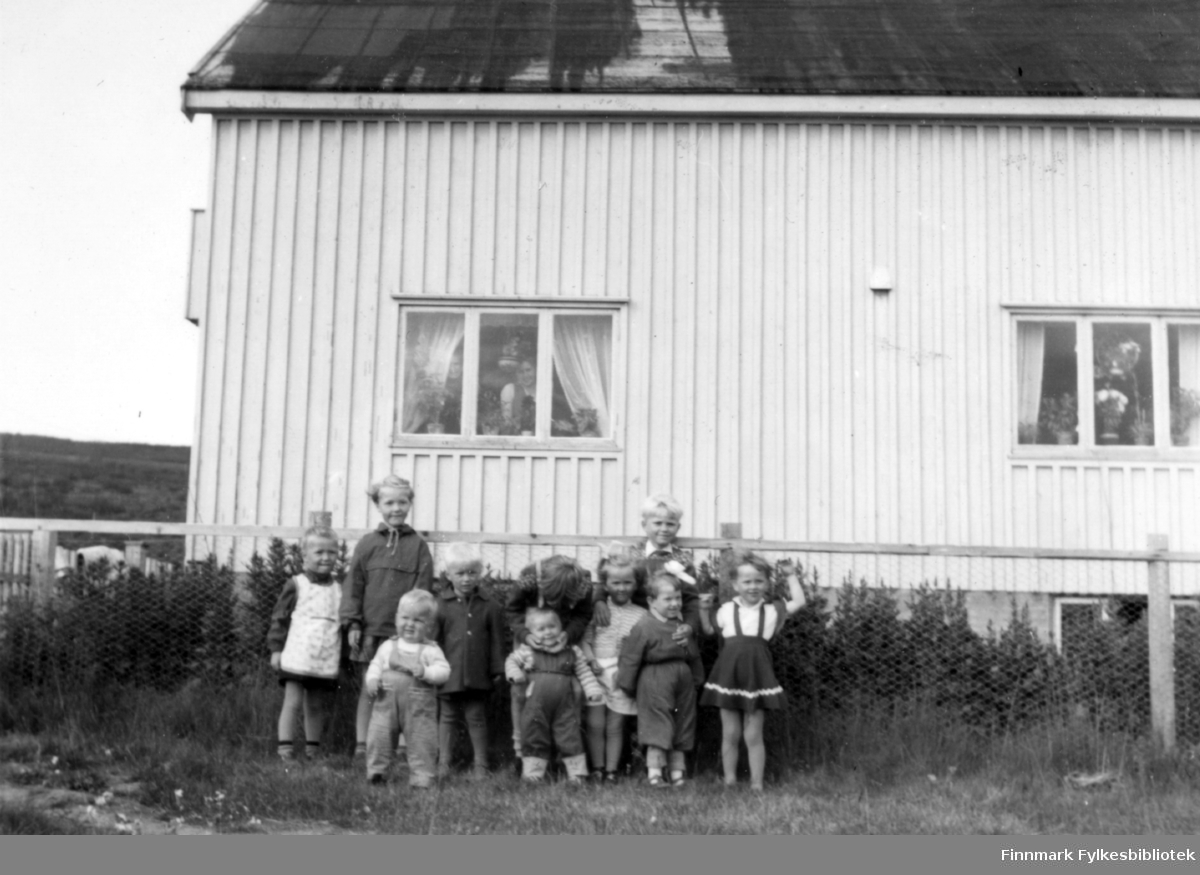En rekke barnebarn samlet på et brett. Familiealbum tilhørende familien Klemetsen. Utlånt av Trygve Klemetsen. Periode: 1930-1960.