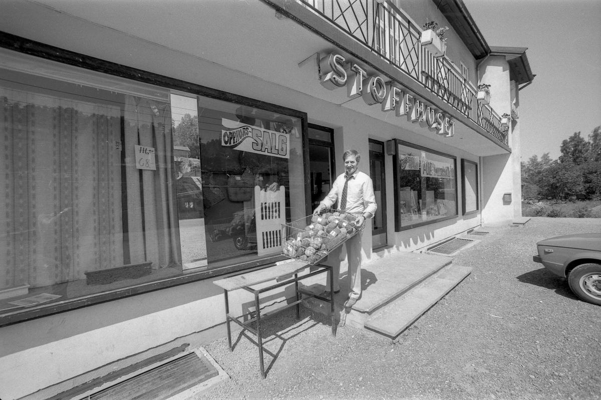 Stoffhuset på Solbråtan, vis á vis stasjonen, opphører på grunn av lite kunder.