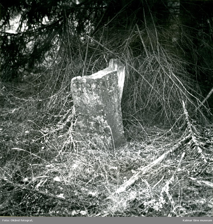 Gränssten och vägmärke av trä vid södra kanten av en gammal vägslinga, cirka 500 meter öster om Smältebro. På stenen står: STRANDA. På trästolpen står ett nästan helt utplånat ord och under detta: 1/6