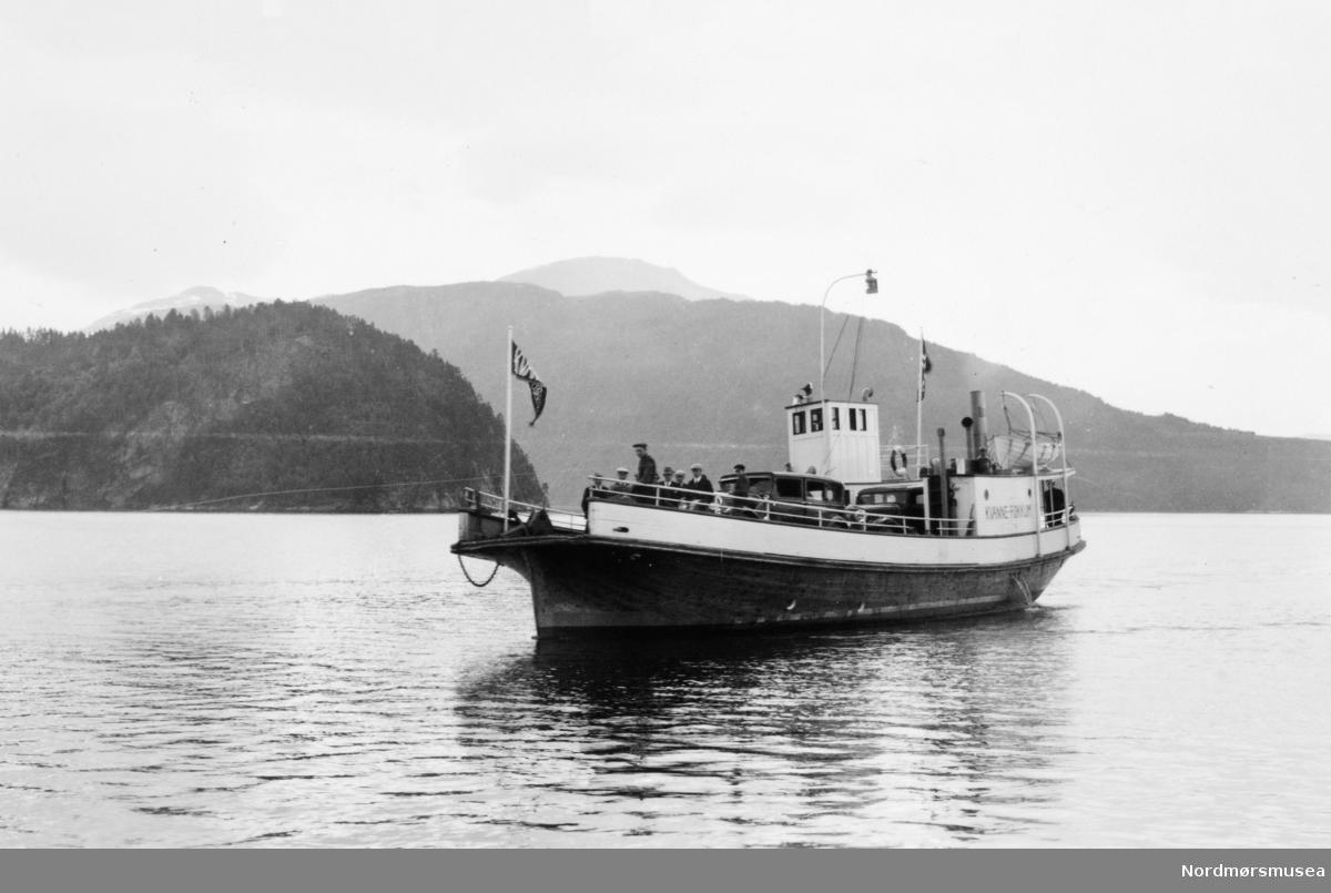 Foto av fergen mellom Kvanne-Røkkum i kommunene Surnadal og Sunndal. - Bilen til høyre mangler solskjerm og har skrå frontrute, tilsier 1932-34. Den til venstre er eldre, ca. 1930. Ferja Kvanne-Røkkum kom i gang 1928 med lekter, med spesialbygd ferje (denne?) 1929 iflg.: https://www.maritimhistorie.no/alle-artikler/92-fergehistorien-pa-nordmore (Info: Ivar Stav).  Fra Sverdrupsamlingen ved Nordmøre museums fotosamlinger.