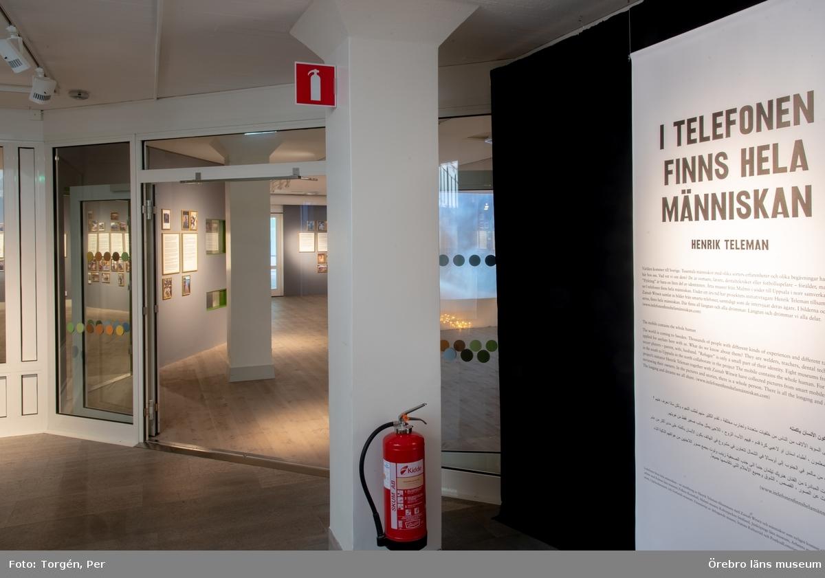 """Utsällningen """"I telefonen finns hela människan"""". På Örebro läns museum 24/3 – 27/5 2018.  I telefonen finns hela människan – en utställning av Henrik Teleman tillsammans med Zainab Witwit och människor som nyligen kommit till Sverige, i samarbete med Kalmar läns museum, Folkets Konsthall,Malmö museer, Kulturparken Småland, Jönköpings läns museum, Arbetets museum, Örebro läns museum, Upplandsmuseet och Gotlands museum. Finansierat av deltagande museer, Statens Kulturråd och PostkodLotteriets Kulturstiftelse."""