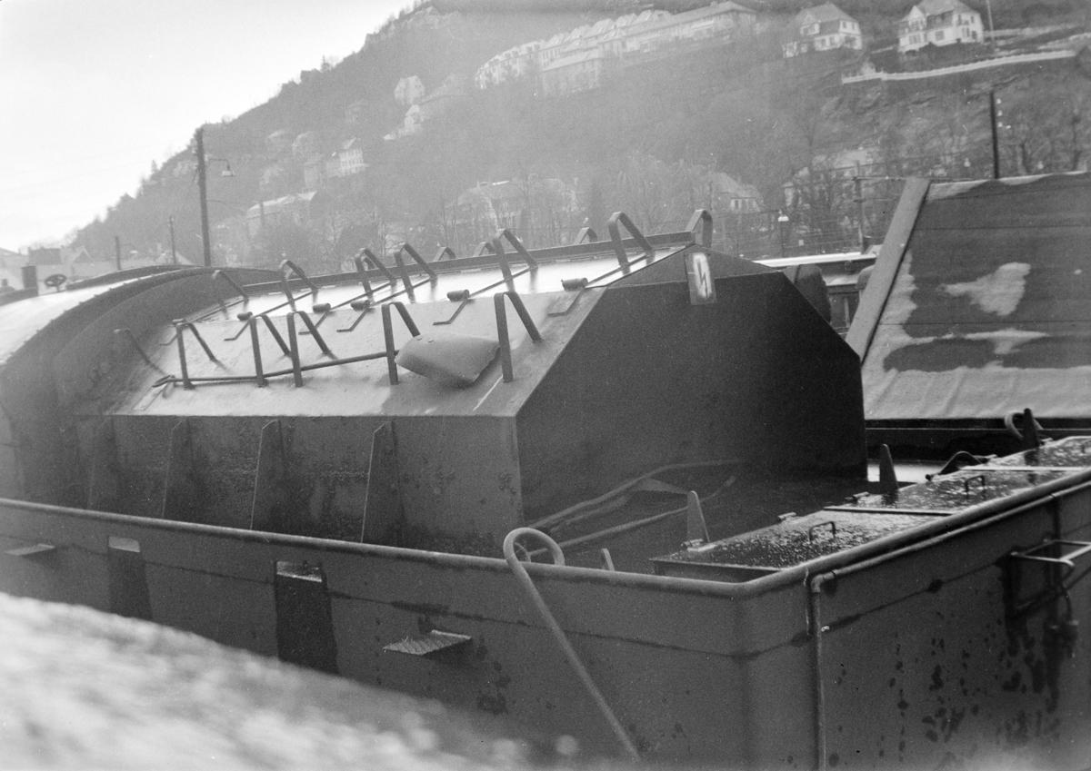Hensatt damplokomotiv type 39a nr. 166 på Bergen stasjon. Kullbingen på tenderen er innebygget for å beskytte kullbeholdningen mot snø ved kjøring på Bergensbanen.