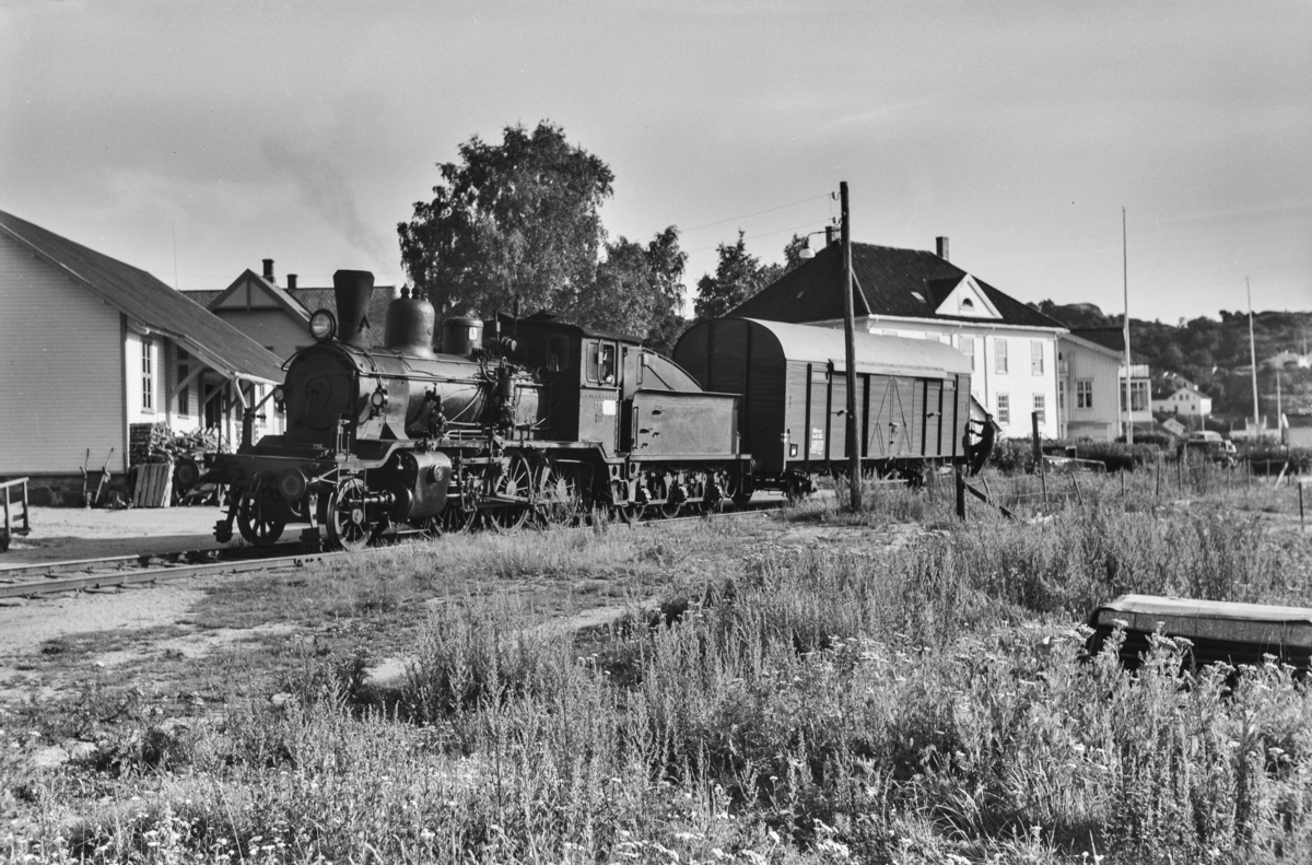 Skifting med damplokomotiv type 21c nr. 373 på Grimstad stasjon.