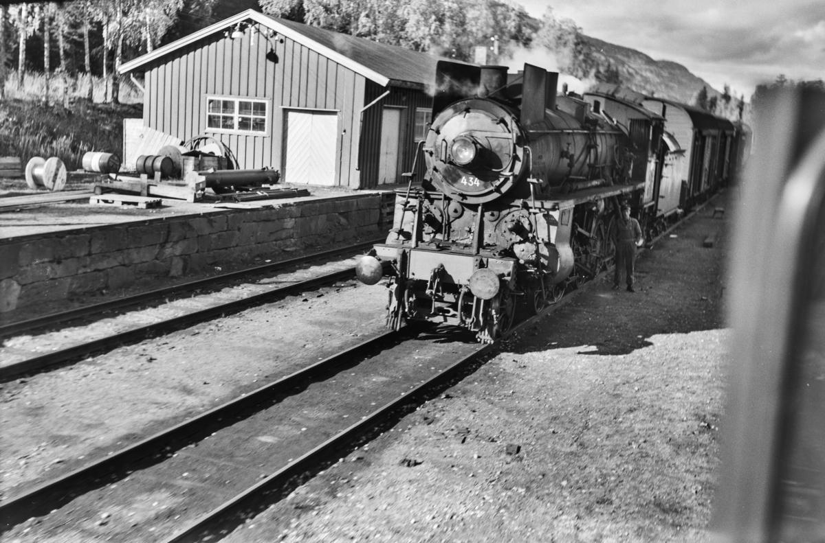 Kryssing på Tretten mellom nordgående persontog og sydgående godstog. Damplokomotiv type 26c nr. 434.