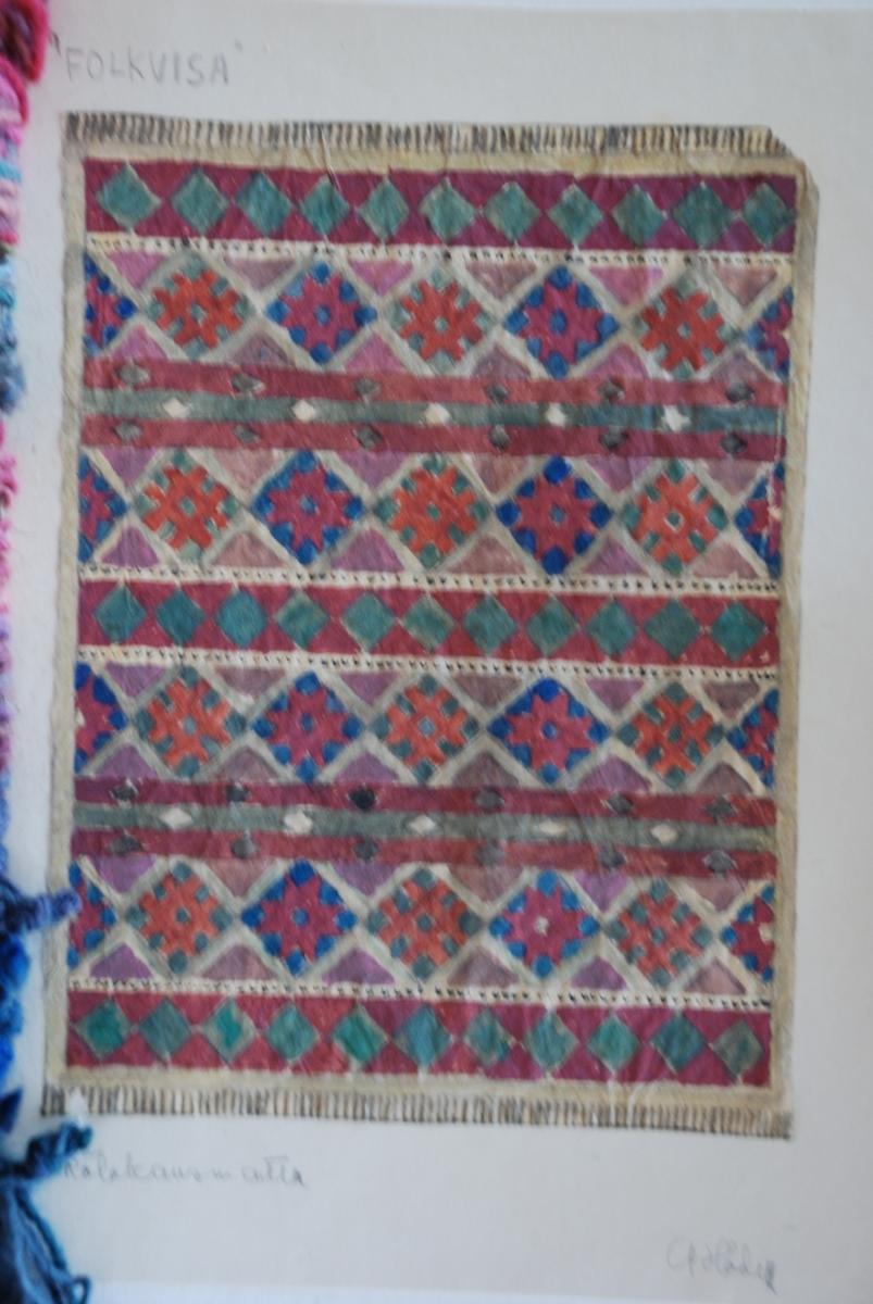 Förslag till mattor i rölakan komponerade av Anna Hådell. Garnprover och arbetsskiss.