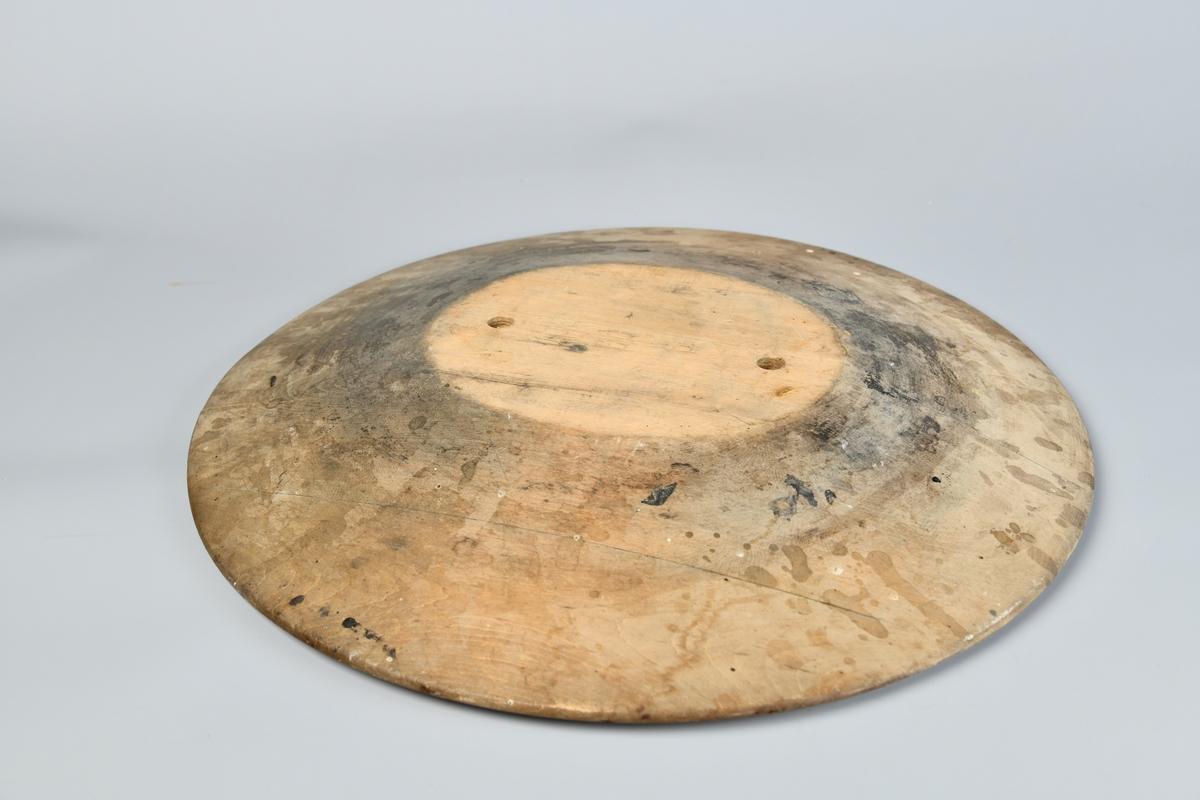 Oval bremblokk med flat topp og nedskrående kanter. På toppen er det to hull der man kan sette fast en hatteblokk for et hattehode. Følger med tilhørende oval og flat blokk med to trenagler som passer. Litt flekkete på over og undersiden, men er generelt i god stand.