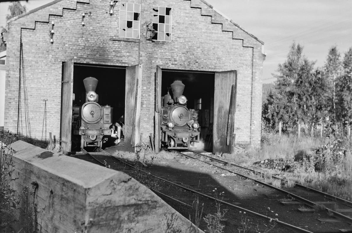 Damplokomotiv nr 5 Bjørkelangen (t.v) og damplokomotiv nr. 7 Prydz i verkstedet på Bjørkelangen