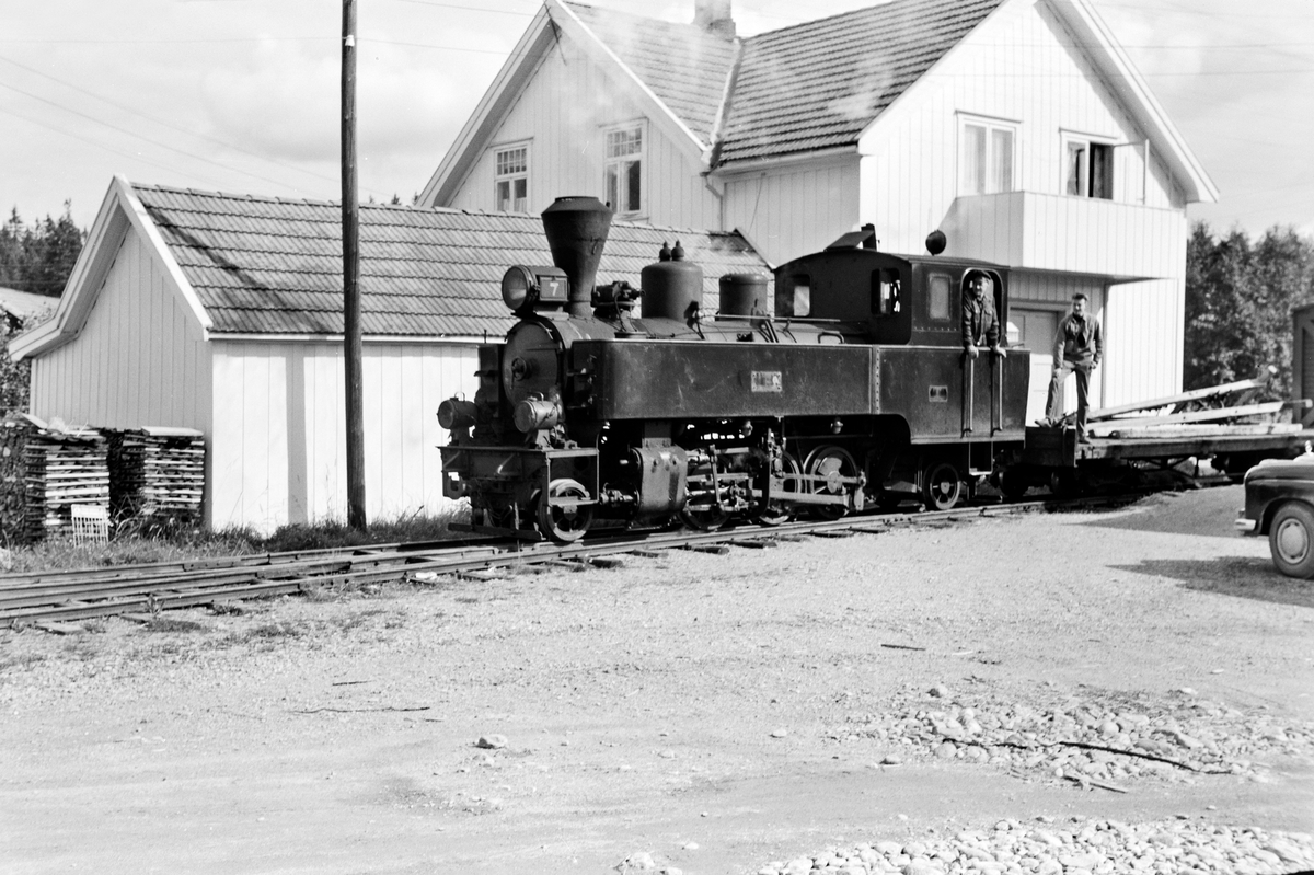 Damplokomotiv type XXIXb nr. 7 Prydz med oppsamlingstog etter Aurskog-Hølandbanens nedleggelse, her på Finstadbru stasjon.