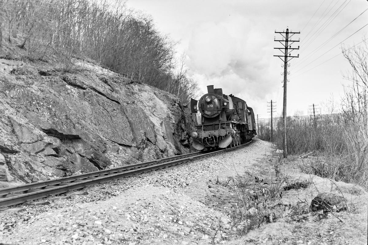 Forstadstog nr. 1726 fra Trondheim til Støren ved Selsbakk. Toget stoppet på alle stasjoner og holdeplasser og brukte 1 1/2 time til Støren. Toget trekkes av damplokomotiv type 30a nr. 272.