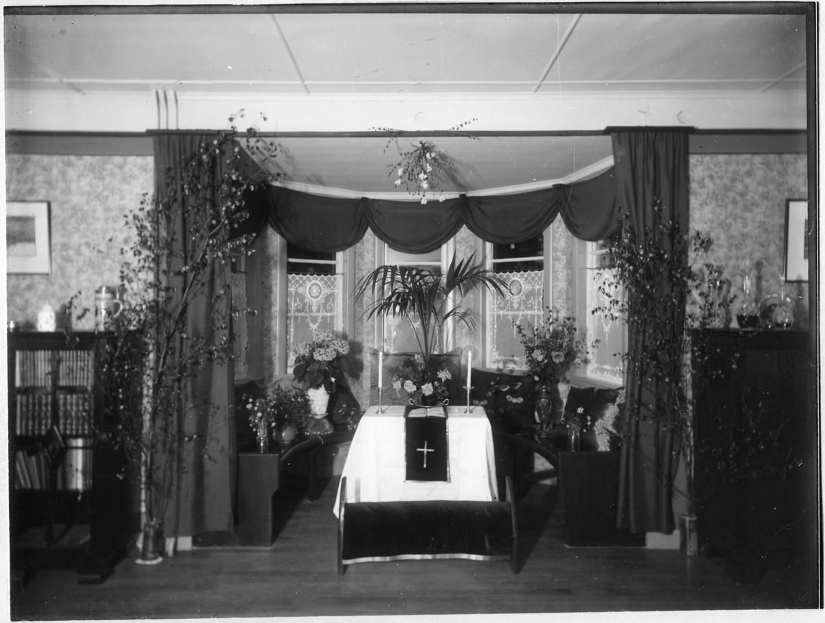 Interiörbild från vigseln mellan optiker Otto Schneider och Greta Törnblad.