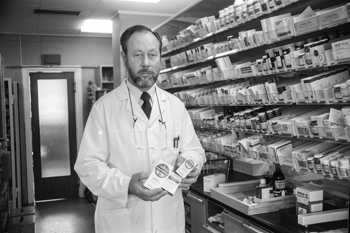 Farmasøyt og apoteker Mathis Gundersveen ved Ski apotek. Hyller med medisiner.