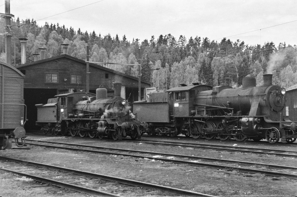 Damplokomotiv type 18c nr. 212 og type 24b nr. 222 ved lokomotivstallen på Hønefoss stasjon.