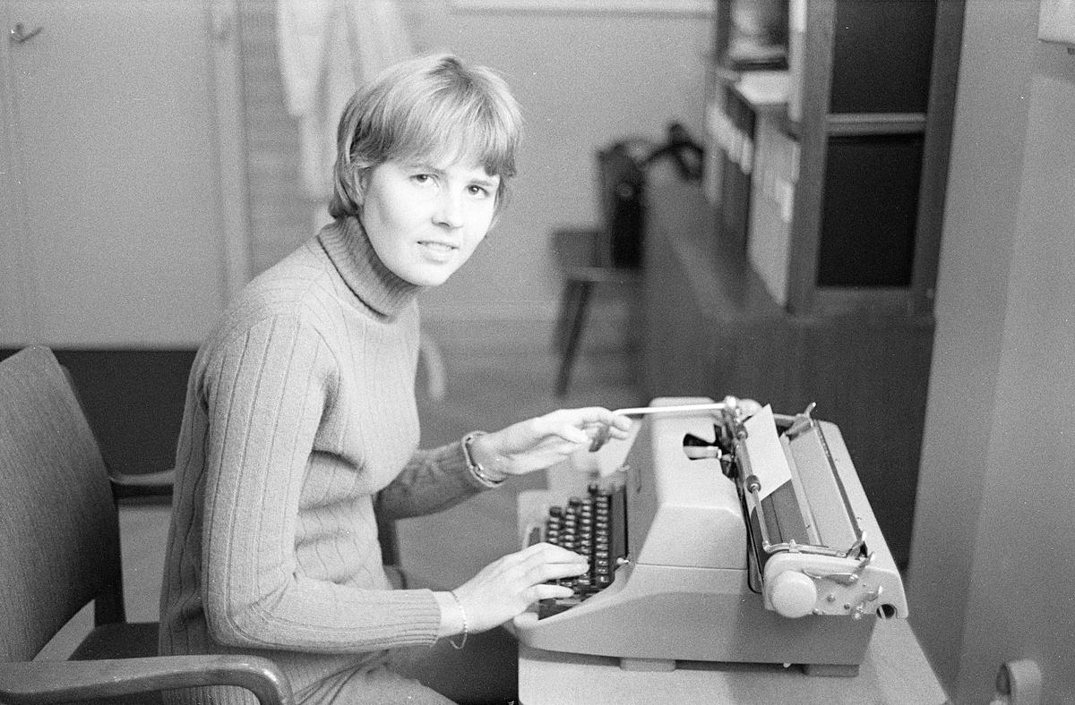 Sveriges Radio har sin verksamhet i Viktoriahuset i Jönköping. Vid skrivbordet sitter Margareta Andermo.