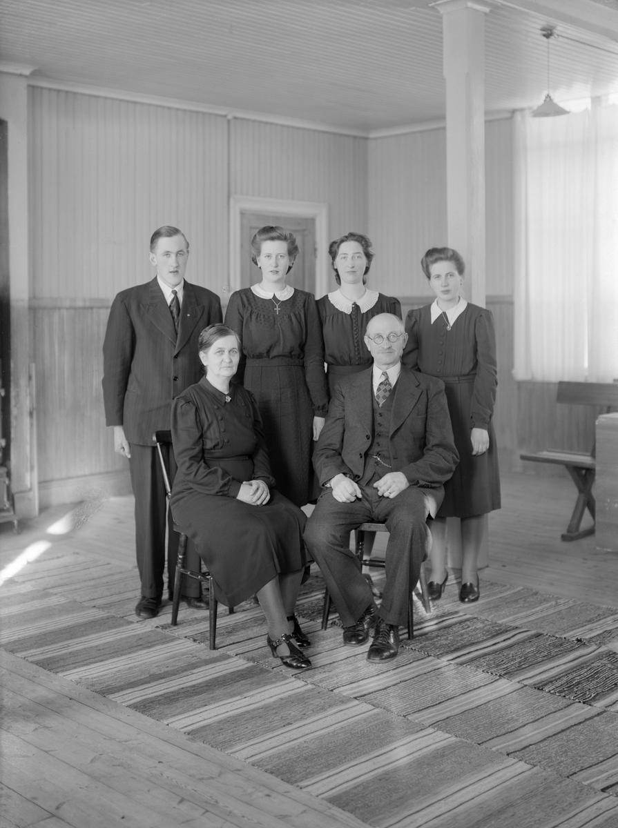 Makarna Simon och Julia Matilda Ax firar silverbröllop 1944. Här samlade med sina tre döttrar och son. Platsen är Stora salen i missionshuset Jennylund som från 1931 varit familjens hem. Tidigare hade makarna arrenderat ett hemman på Grindsbo södergårds ägor.