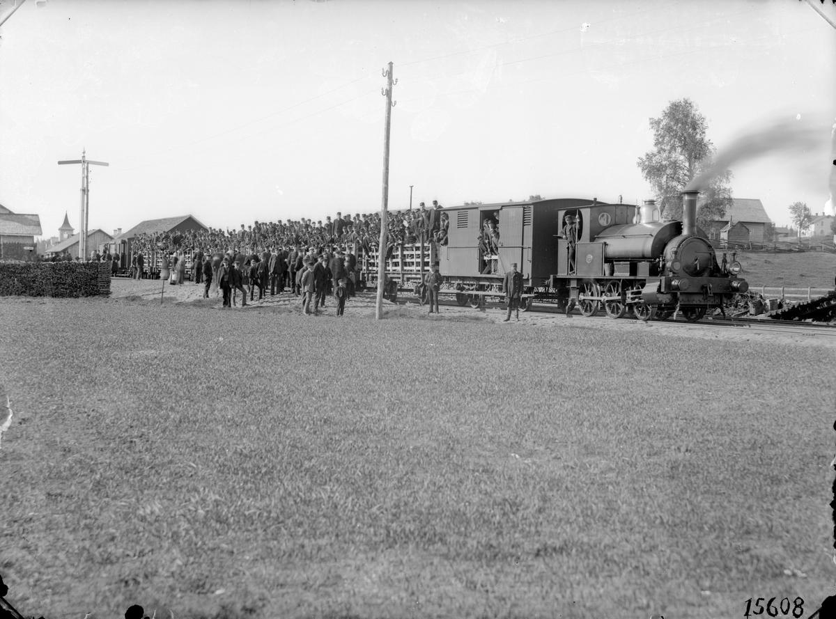 HNJ lok 4. Ånglok med trupptransporttåg. Loket tillverkades 1876 av Fox Walker & Co  Bristol i England, tillverkningsnummer FW 293. Fick namnet Wernamo. Blev skrotat 1948.