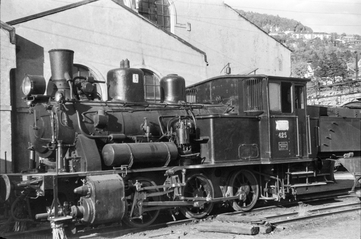 Damplokomotiv type 25d nr. 425 ved lokomotivstallen på Bergen stasjon.