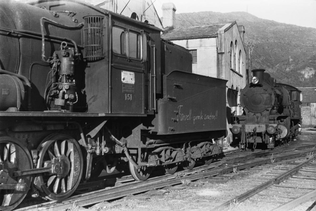 Utrangert damplokomotiv type 28b nr. 151 på Sjøsporet ved lokomotivstallen på Bergen stasjon.