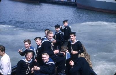 Kadetter fra skoleskipet STATSRAAD LEHMKUHL i lettbåt.