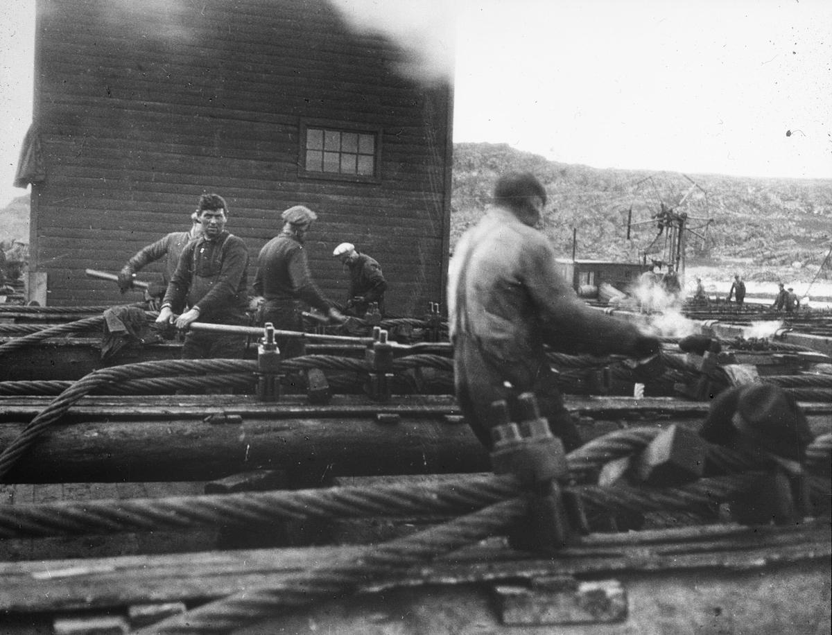 Arbeid med kabler på land, fem mann i arbeid.
