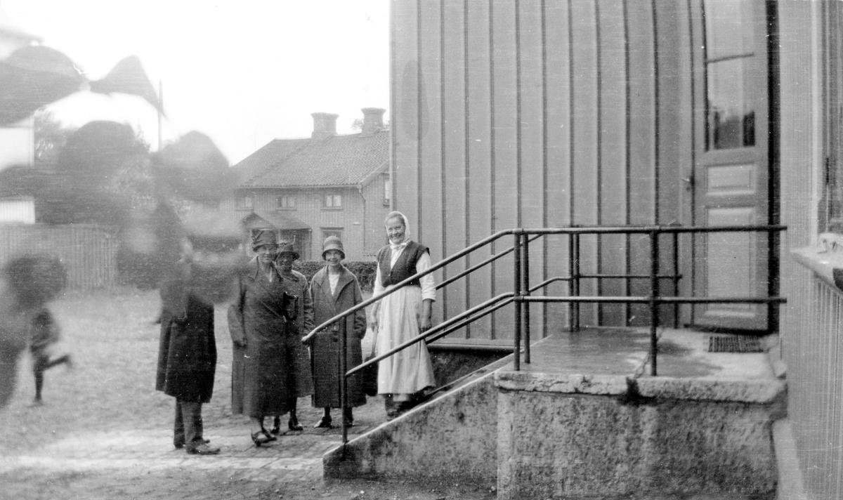 Lärarinnor på Centralskolans gård.