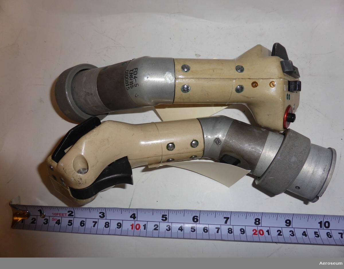 """Två styrspakshandtag i metall. På det ena föremålet står det: """"FD4-5 6800815 TNR.197"""", och """"43"""". På det andra står det: """"FD4-5 T.NR 115 6800815"""", och """"43""""."""