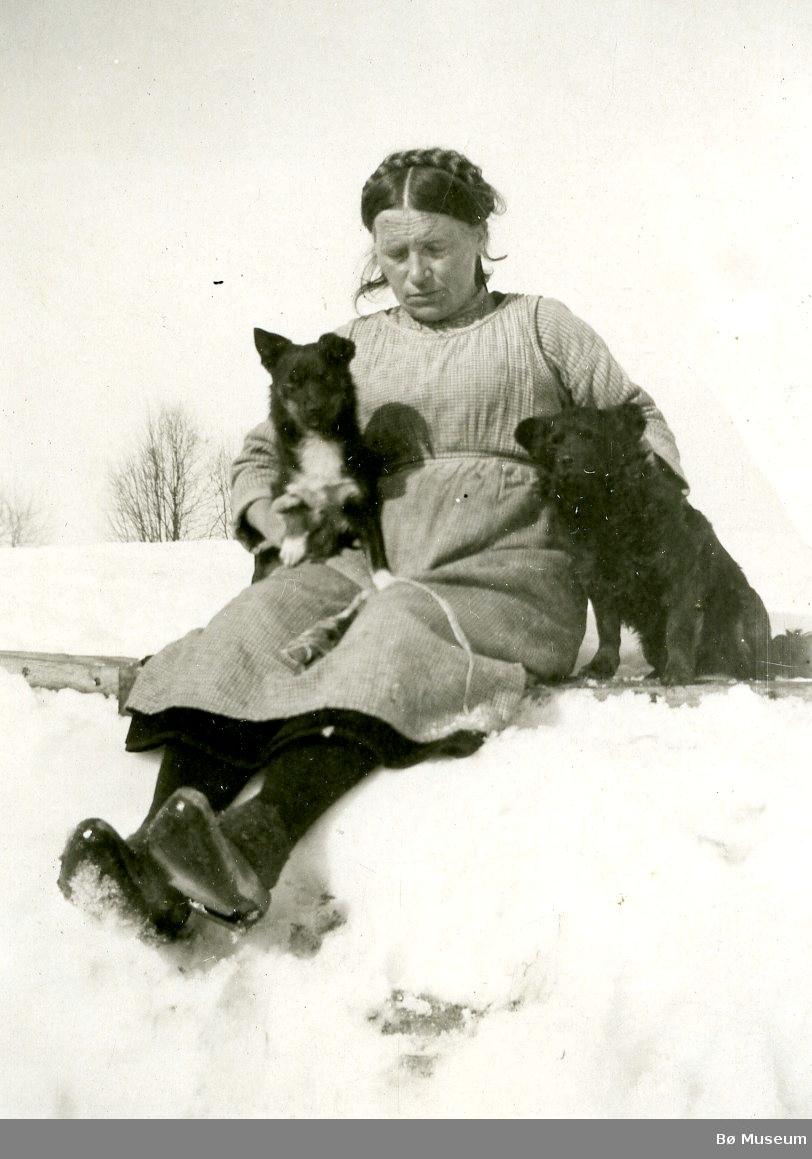 Anne Langedal fotografert saman med sine hundar. 4 bilete.