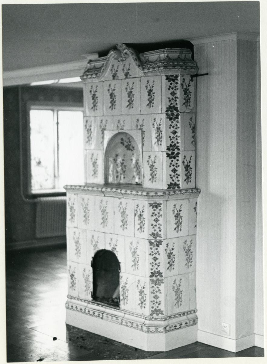 Badelunda sn, Lundby gård. Interiör med kakelugn. Kaklet med årtalet 1777.