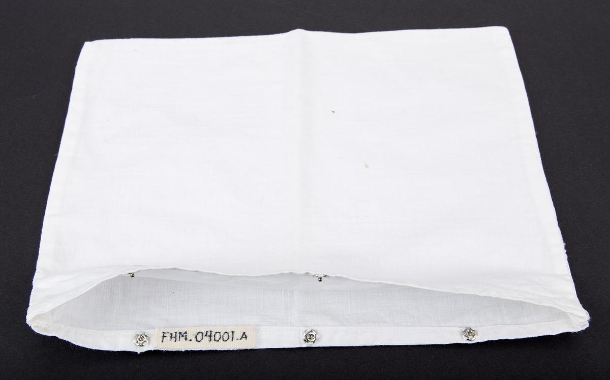 Sengetøy til dukke. a: Putevar b: Laken Rektangulære. Putevaret har 3 trykknapper