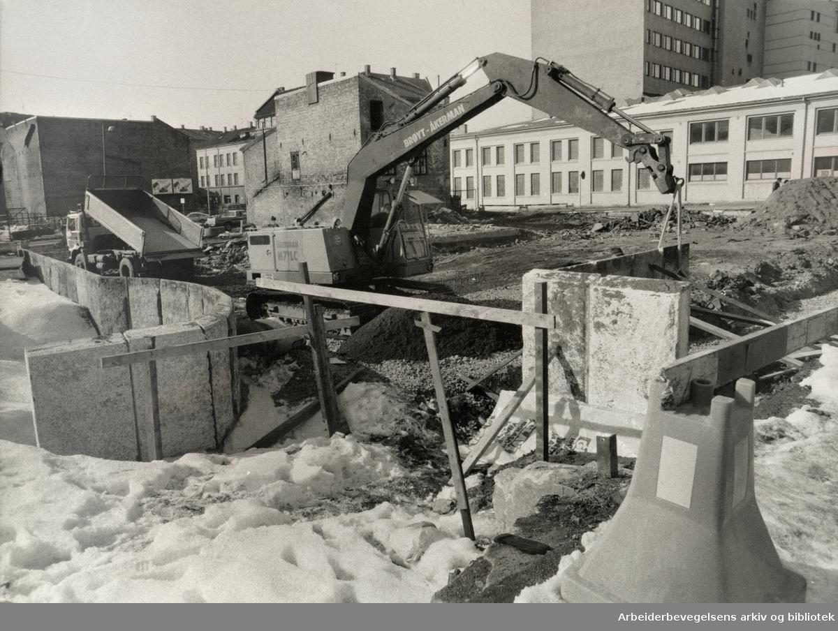 """Grønland. Anleggsarbeidene er i gang med det nye aktivitetssenteret """"Urtehagen"""". Mars 1985"""