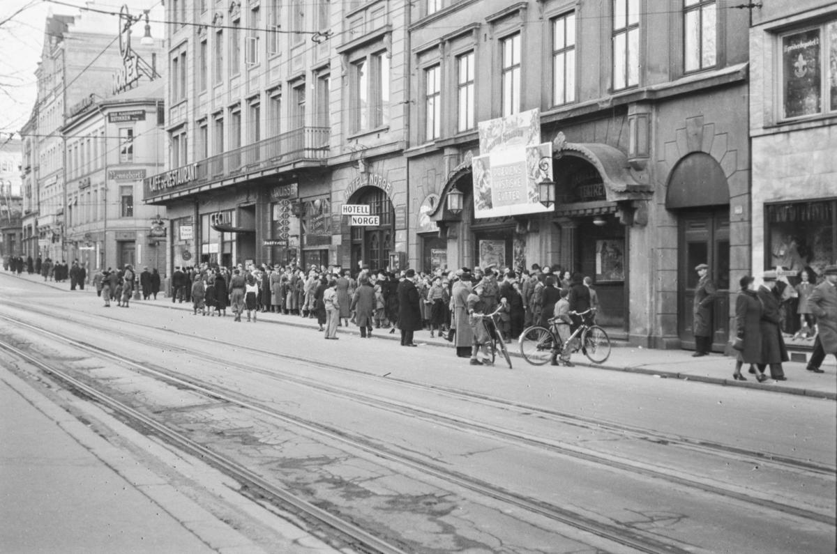 """Kø foran Boulevardteatret (""""Bulla"""") og visningen av filmen """"Præriens mystiske rytter"""""""