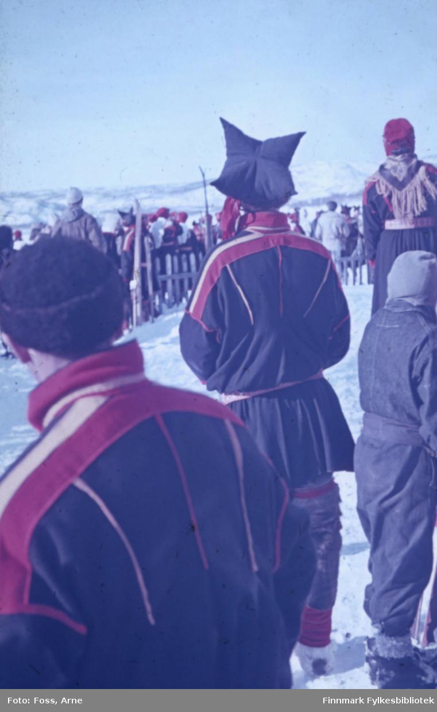 Samisk bryllup på 2. påskedag i 1947 i Polmak. Bryllupsgjester og andre nysgjerrige venter på brudeparet utenfor Polmak kirke.