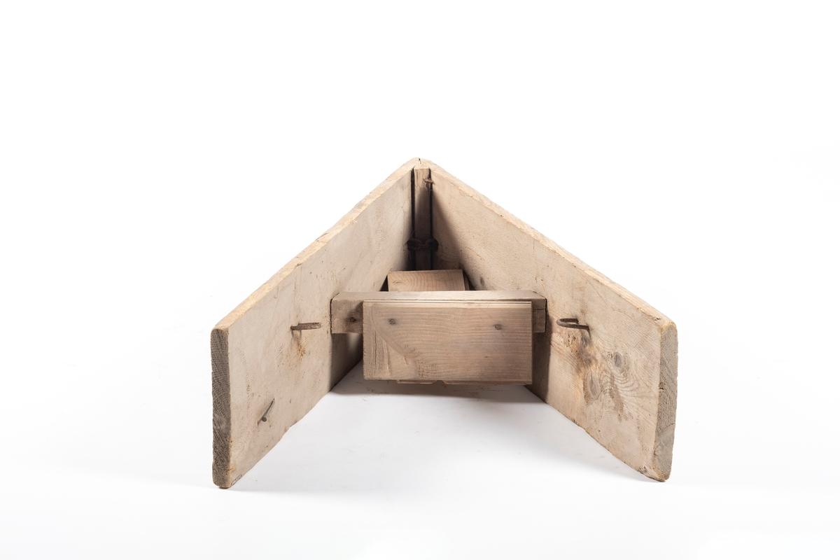 Plogen har trekantform. I Spissen er det festet en jernlenke med tau som plogen dras etter og snøen brøytes til siden. Mellom bordene som utgjør spissen er det en tverrliggende støtte, festet på to planker. Det er to kroker på innsiden av bordene. Yttersiden av bordene er malt grå og turkis.