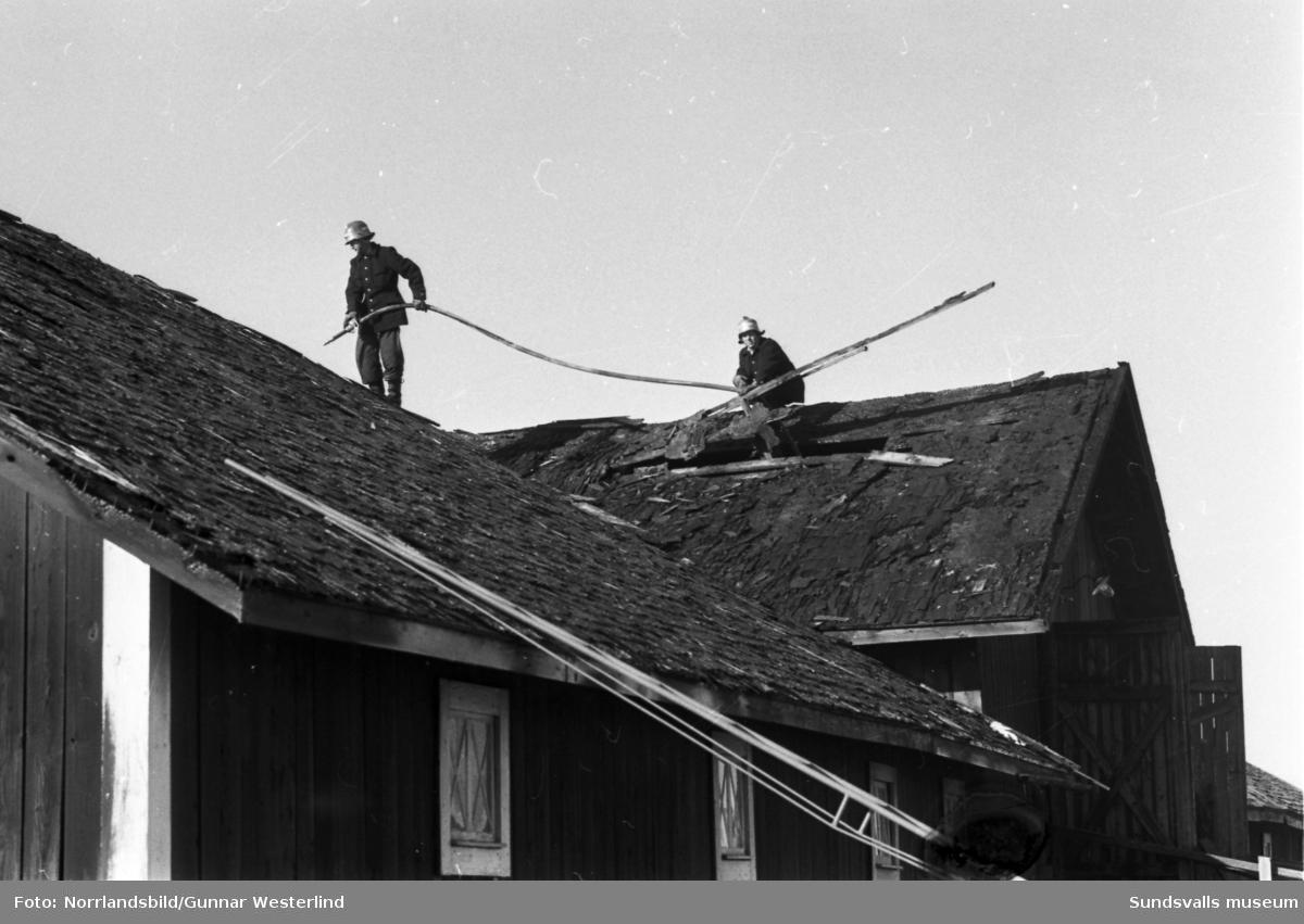 Brandbekämpning på en stor uthusbyggnad i Stornäset på Alnö.