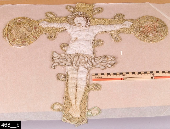 Antependie (7 delar av), 1400-tal eller äldre.  Sju delar från olika antependier (tyg som hänger runt altaret i kyrkor). Samtliga är försedda med broderier av metalll- och silketrådar. Okänd härkomst. 1. Föreställer Jesus på korset, benen är korslagda, fladdrande höftkläde. Sengotik. Kristusfiguren stoppad. Passformiga korsändar.  (bild 468__b). 2. Kristi gravläggelse.(bild 468__c). 3. Pietà d.v.s. Maria med den döde Jesus i famnen. Jesus har ett öppet sår (bild 468__d). 4. Törnekröningen (bild 468__e). 5. Aposteln Petrus med nyckeln (bild 468__f). 6. Aposteln Simon med såg (bild 468__g) 7. Kristi huvud med gloria (stympad bild) (bild 468__h).  Tillstånd: Delarna kommer från tre olika antependier. Enligt en äldre registrering hör del 2, 3, 4 och 7 samman d.v.s. de kommer från samma antependie. På samma sätt hör delarna 5 och 6 samman. Del 1 kommer från ett tredje antependie. Fem av delarna är i samband med en utställning i början av 1960-talet uppsattta på rött tyg (bild 468__a). På detta tyg sitter två delar som är omärkta och som inte hör samman med invnr. 468.  Historik. Förvärvat på 1870-talet.