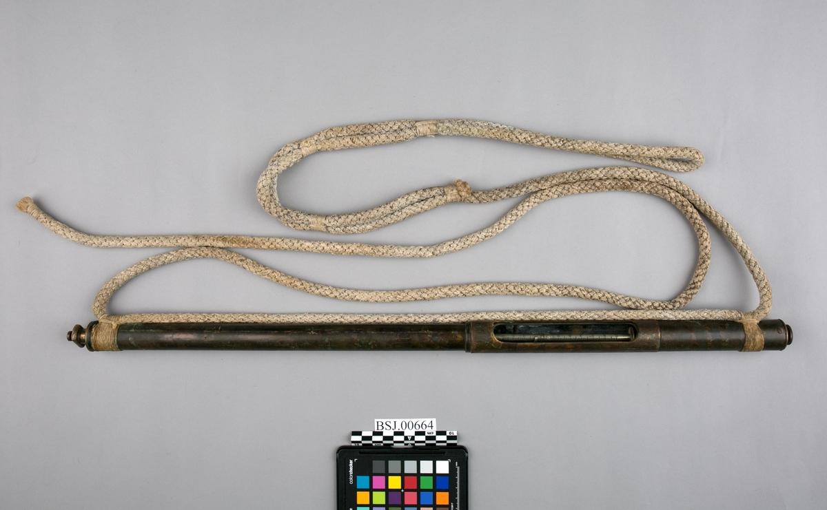 Dybdelodd med tau for sjø. Loddeinstrument for måling/lodding av dybde i sjø. Rundt rør med tau.
