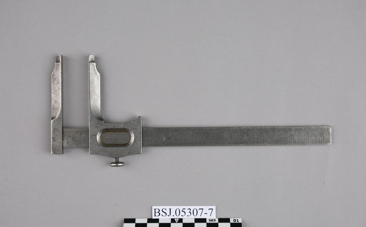 Lengdemål. Skyvelær, del av samling verktøy. Til måling av utvendig eller innvendig mål i cm. eller tommer.