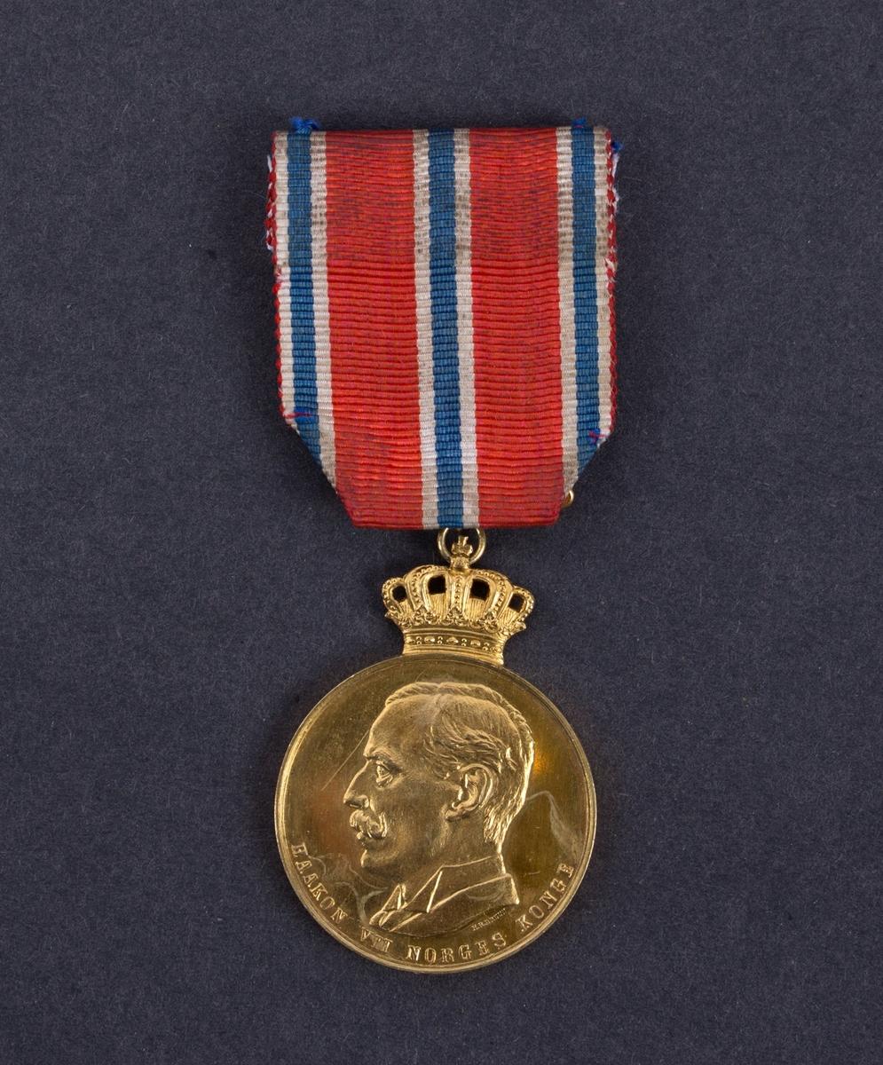 Gullmedalje gitt til Simon Kausland på MS VENUS for sin innsats under redningsaksjonen av besetningen på DS TRYM den 20. januar 1937. Kong Haakon VII gullmedalje med krone med bånd og jakkefeste.