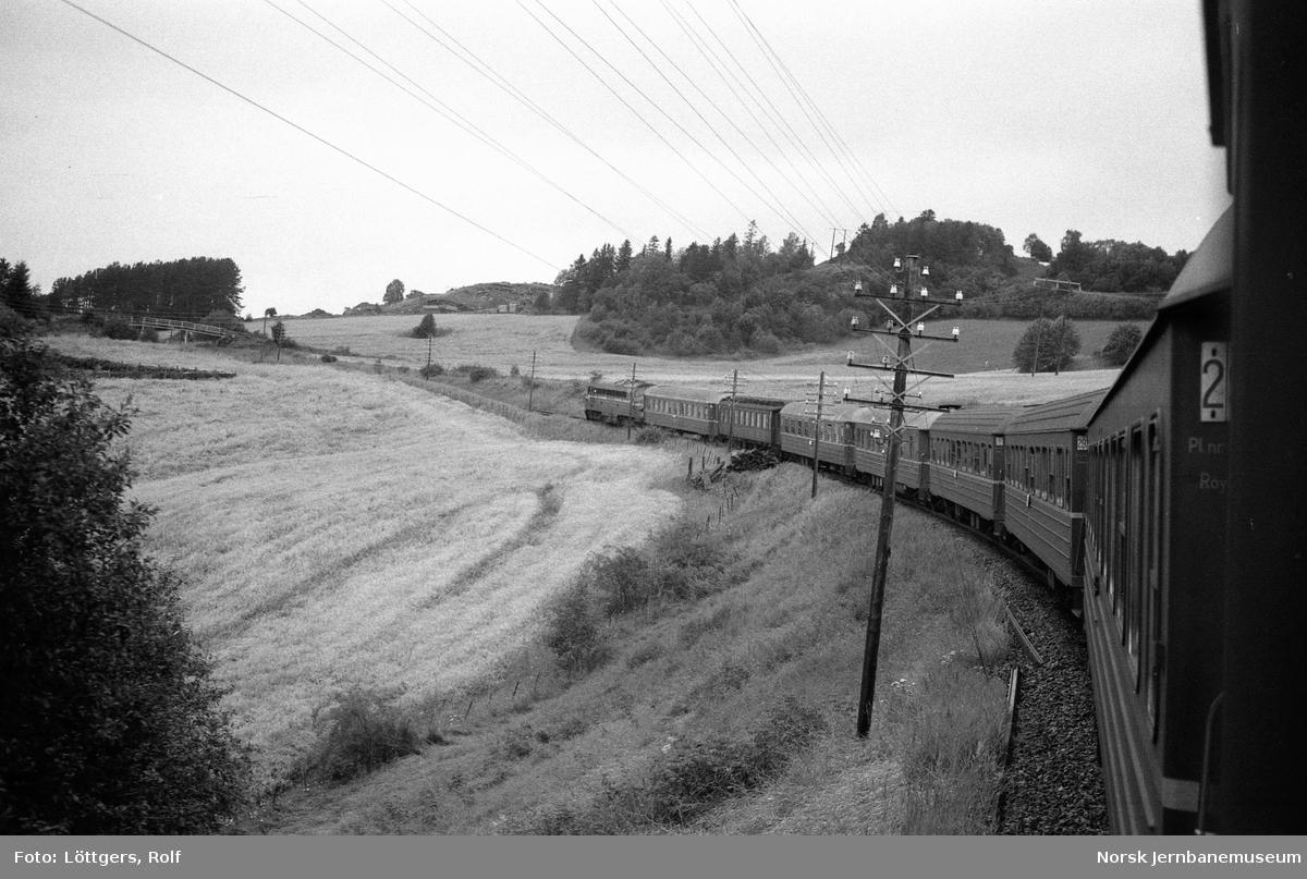 Diesellokomotiv Di 3 631 med dagtoget fra Trondheim til Bodø, tog 451 i nærheten av Åsen stasjon.