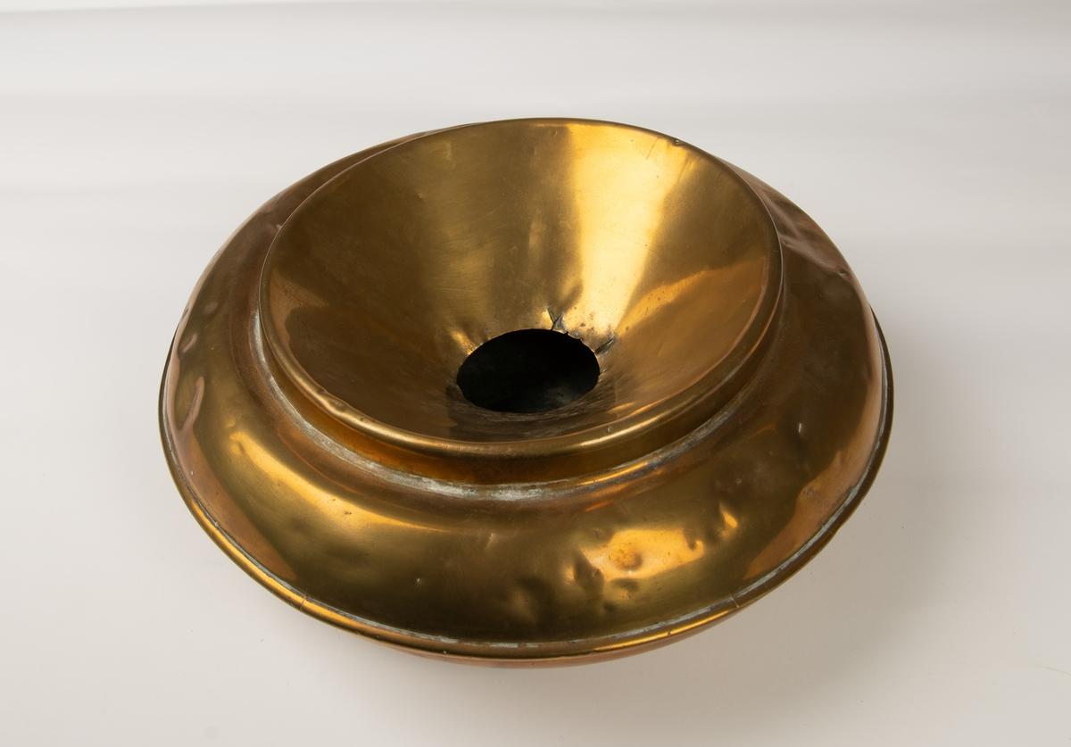 Rund spyttebakke av vanlig form, lokk med hull i midten.
