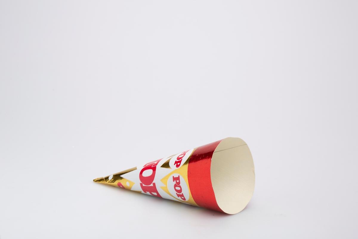 Kjegleformet iskrempapir (kremmerhus) i aluminium og papir. Kremmerhuset er med farger på utsiden, og uten farge (hvit) på innsiden. Papiret har gullfarget bakgrunn med rødt felt øverst. I gullfeltet er det prikkete mønster i rødt og hvitt.