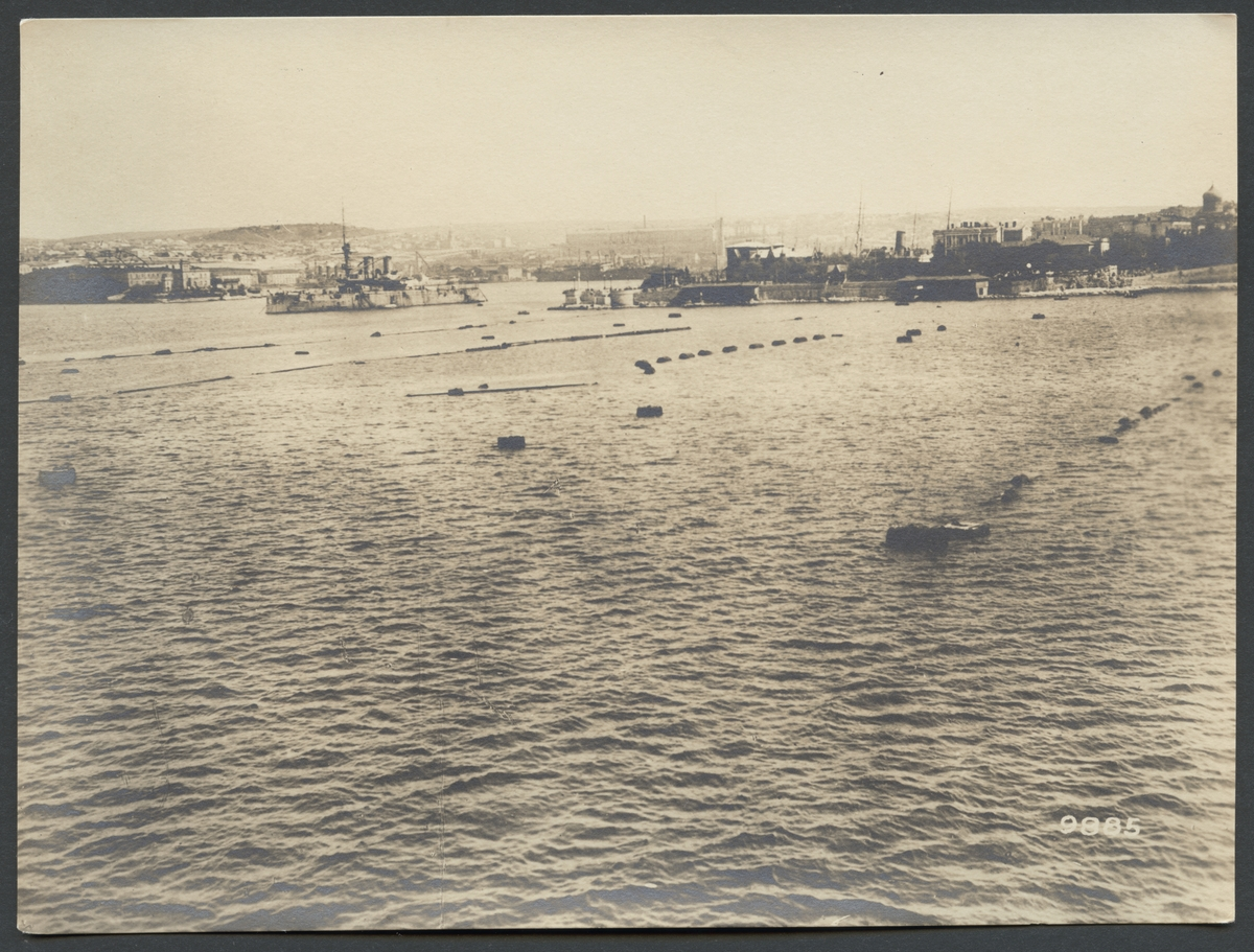 Bilden föreställer en vy över hamnen i Sevastopol med fartyg från den ryska örlogsflottan.