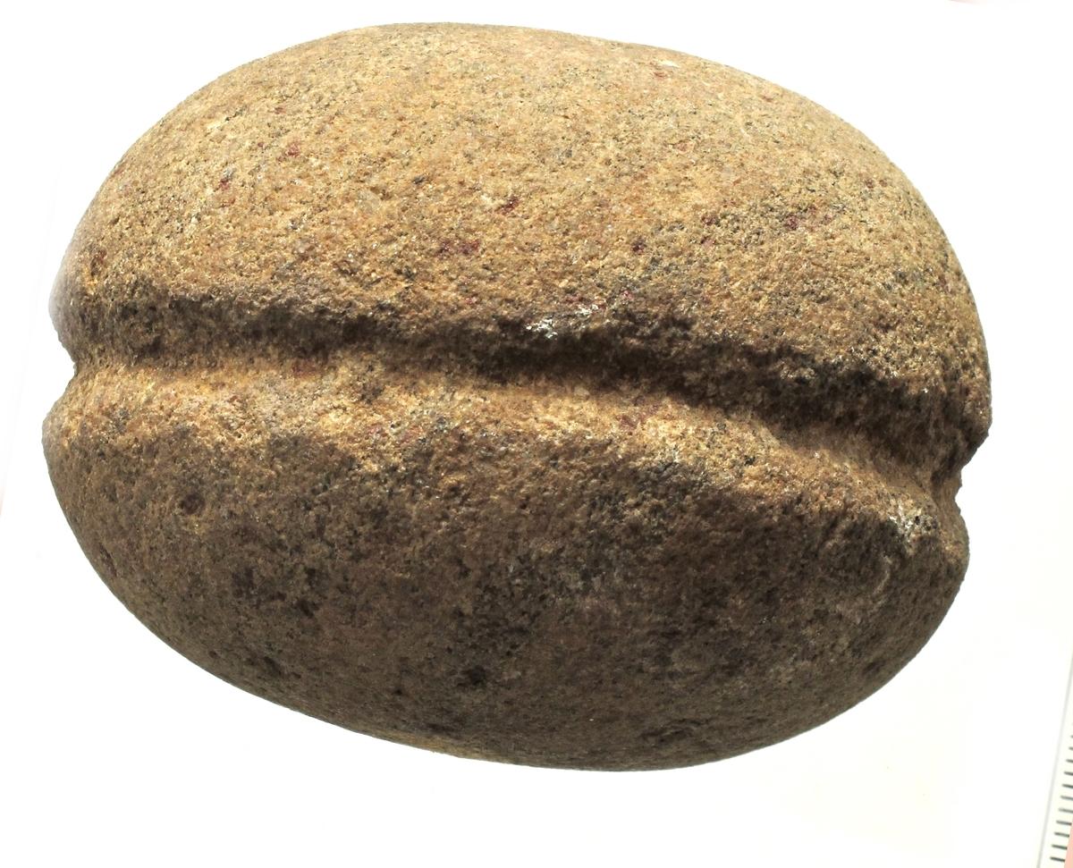 Garnsenke, dannet av en sirkelrund rullestein av brunlig bergart av typen O. Nordgaard: TVSS 1908, nr. 1, fig.46 b. Godt bevart.