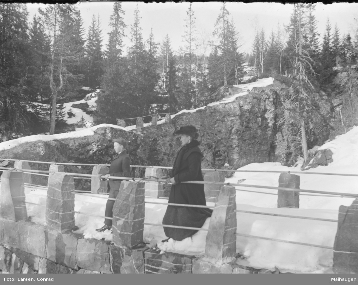 Vintermotiv fra Colletts bru med to mennesker
