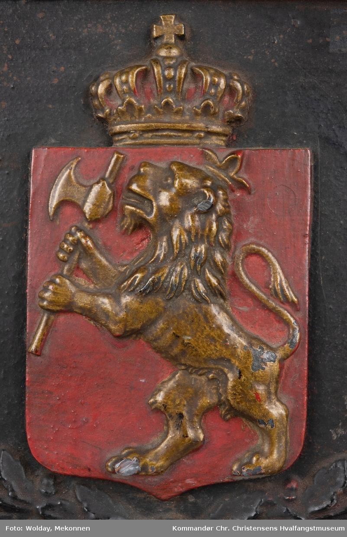 Riksvåpen i rødt og gull pluss gulldekor