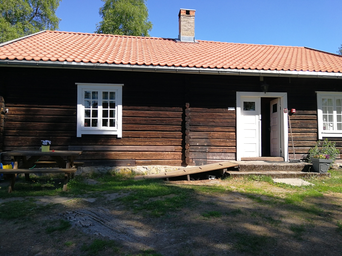 Hovedbygning, senere sidebygning på Enger gård. Flyttet ca. 1955.
