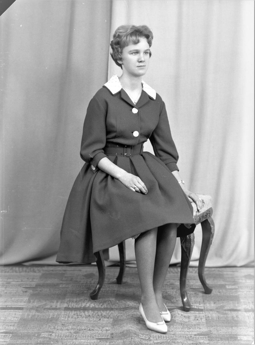 Portrett. Ung kvinne. Konfirmant. Bestilt av Anne Jorun Mykebust