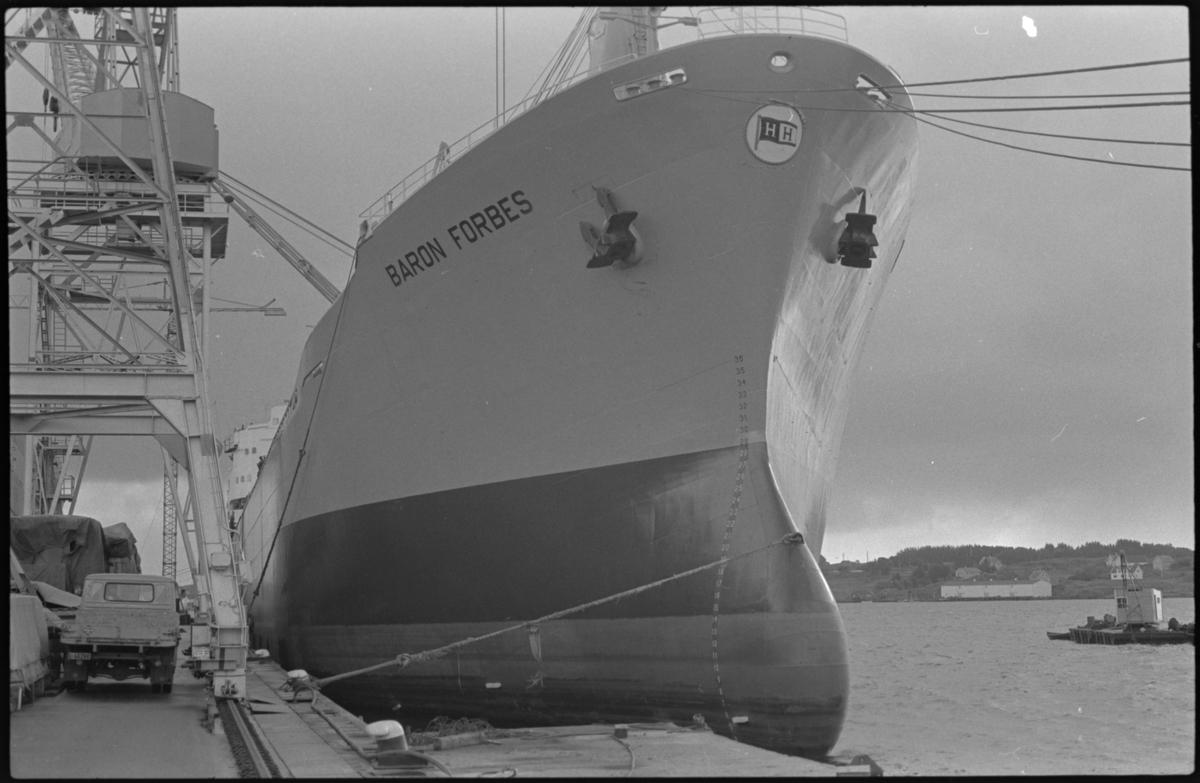 """Lasteskipet """"Baron Forbes"""" ligger ved kai på Haugesund Mekaniske Verksted (HMV)."""