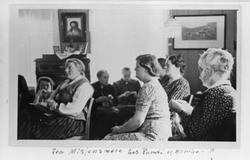 En gruppe samlet til møte i misjonsforening.